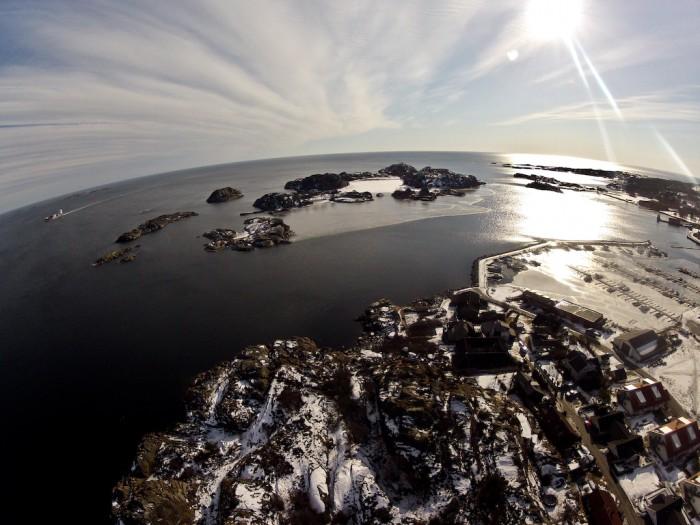 Risøya Stavern - Stavern havn til høyre i bildet, Stavernsøya og Citadellet i senter
